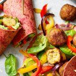 Groenten-bieten tortilla wraps met avocado-dip en falafel