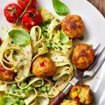 Romige Tagliatelle met doperwtjes, pesto, tomaatjes en groente balletjes