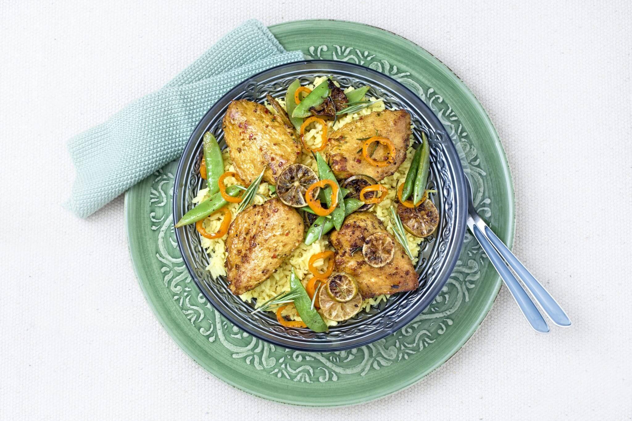 Gele rijst met gemarineerde filet, sugarsnaps en oranje puntpaprika