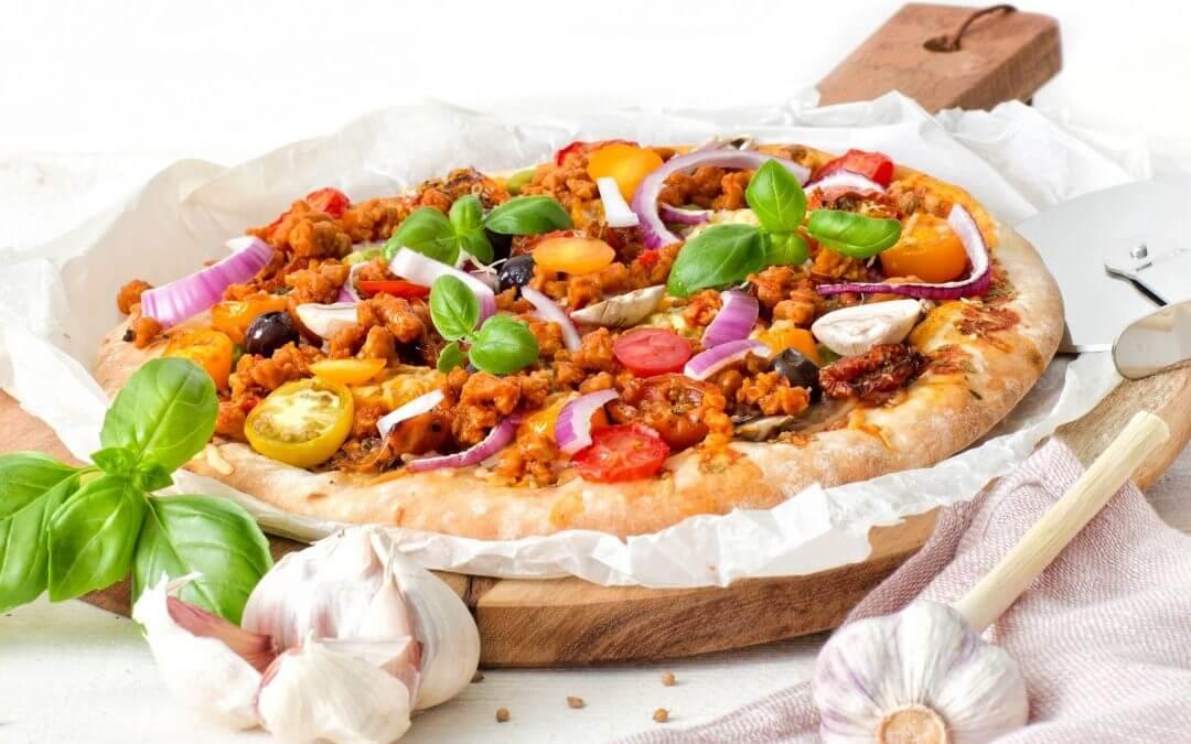 Pizza met pittig gehakt, olijven en champignons