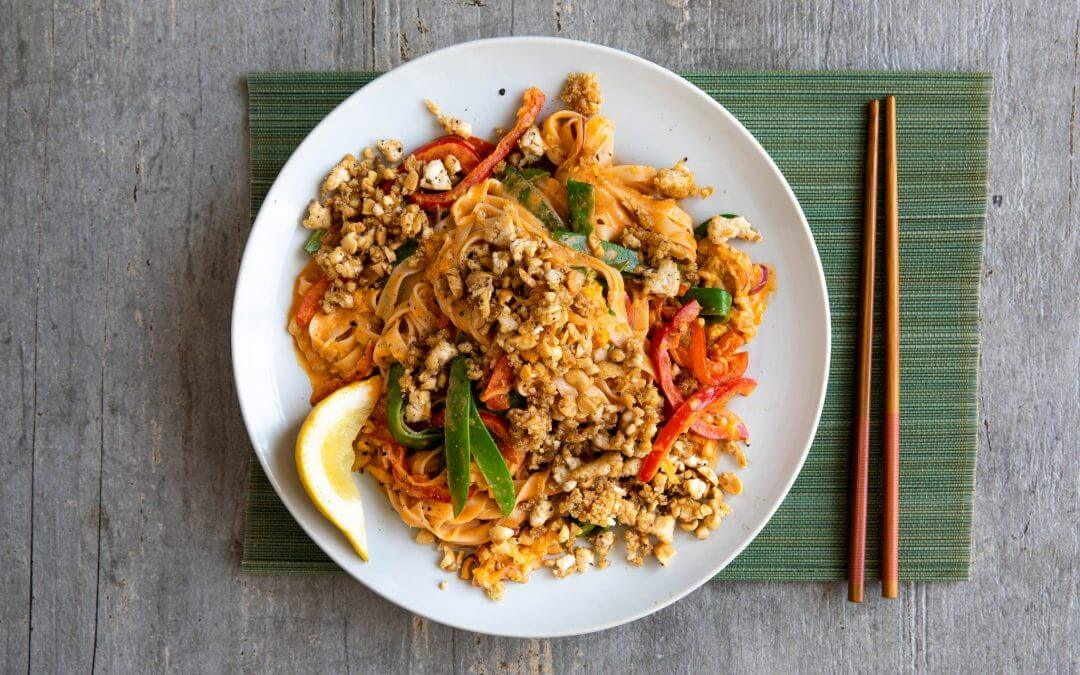 Spicy Thaise kokosnoedels met peultjes en tofu-pindacrumble