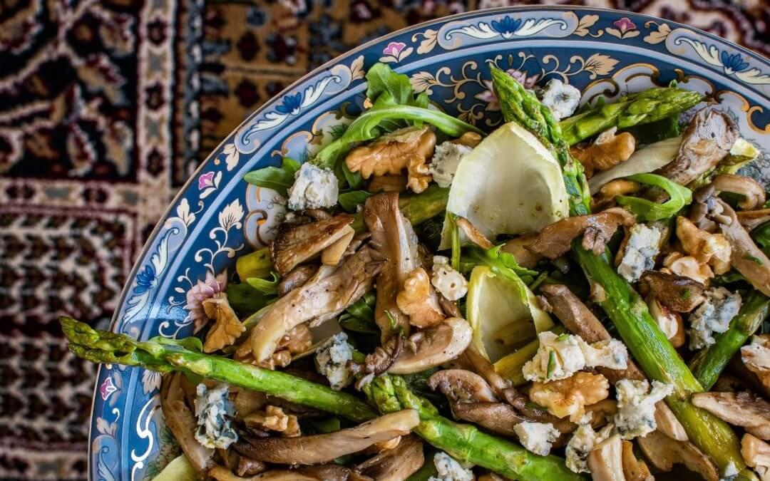 Lauwwarme salade met oesterzwam, groene asperges, witlof en blauwe kaas