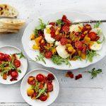 Salade met gegrilde paprika, tomaatjes, mozzarella en citroenolie