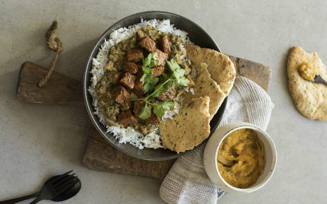Saag tempeh met Indiaas gekruide lupine tempeh en naanbrood of basmatirijst