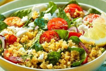 Quinoa bowl met spinazie en feta