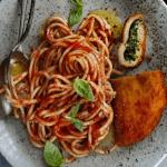 Mediterrane pasta met tomaat-basilicumsaus en spinazieschnitzel
