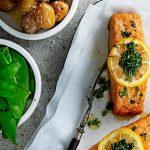 "Oven ""zalm"" met citroen, kruidenolie en peultjes"