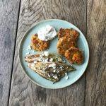 Zoete-aardappelkoekjes met witlof en yoghurtsaus