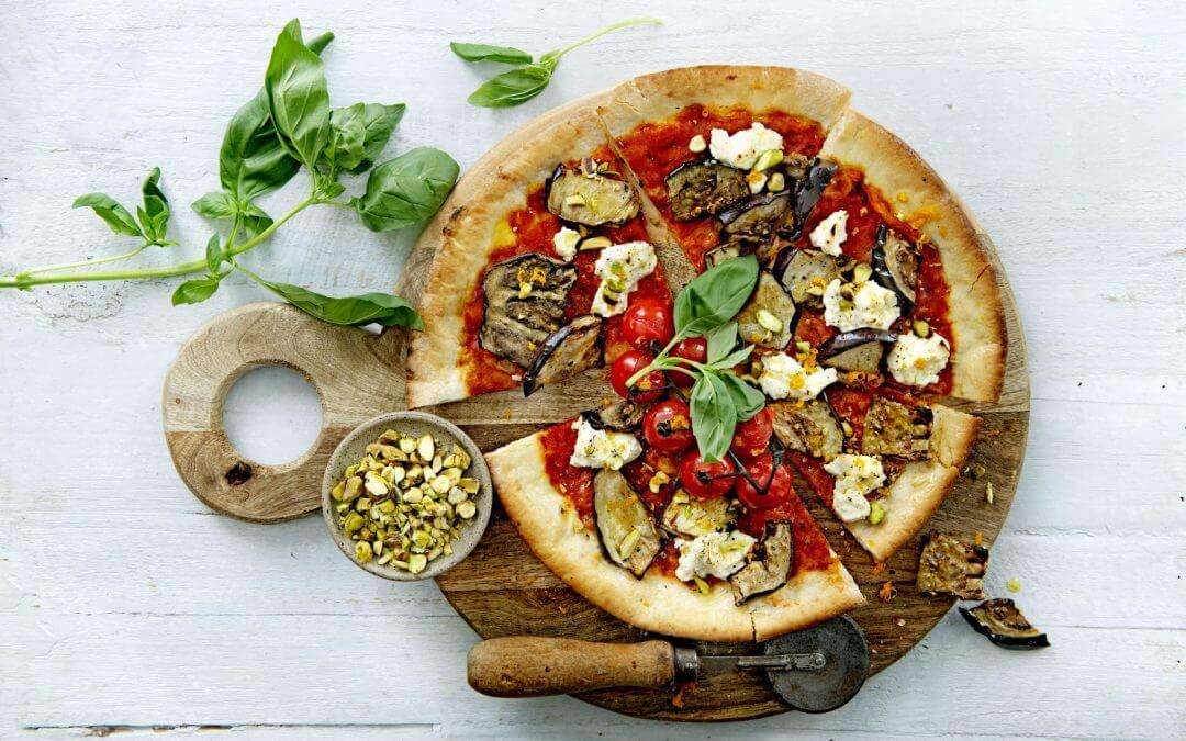 Siciliaanse pizza met gegrilde aubergine en ricotta