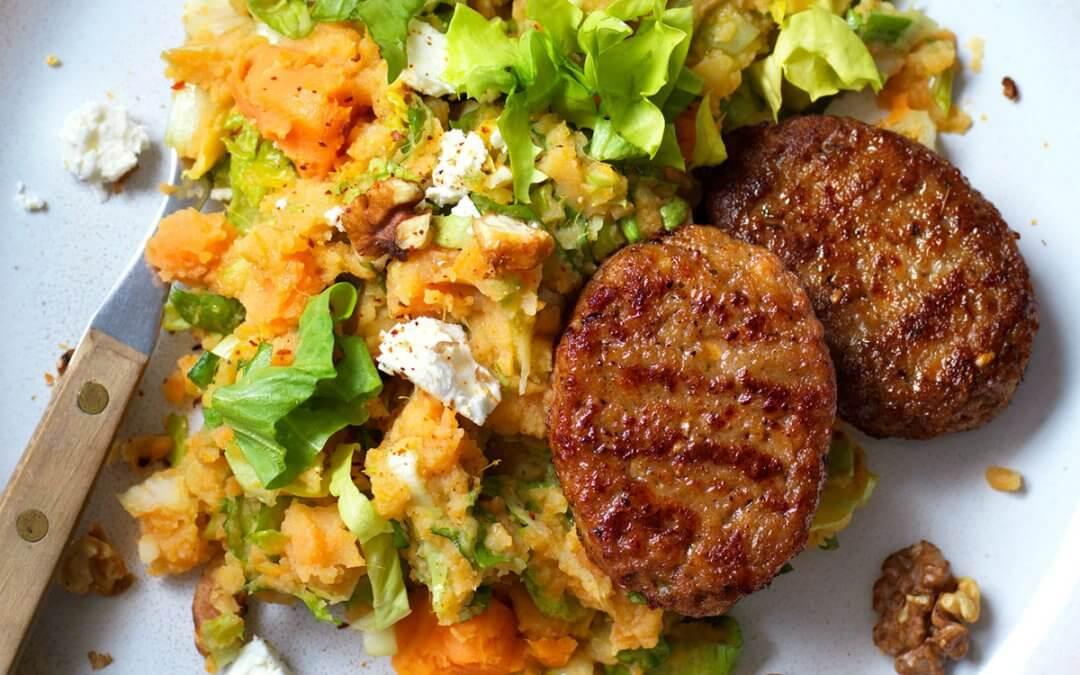 Stamppotje rauwe andijvie met zoete aardappel en 'Burger deluxe mini'