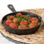 Noten- en groenteballetjes in tomatensaus met verse kruiden