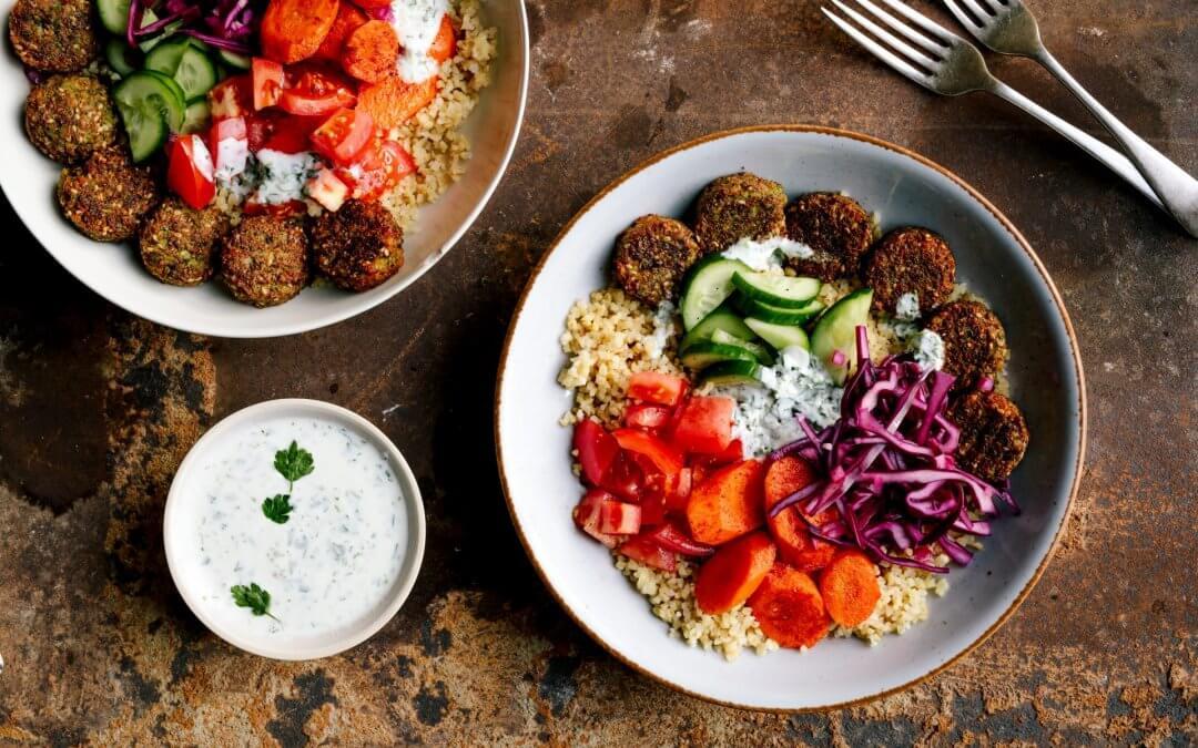 Falafel-bulgurbowl met smoky wortel en yoghurtsaus