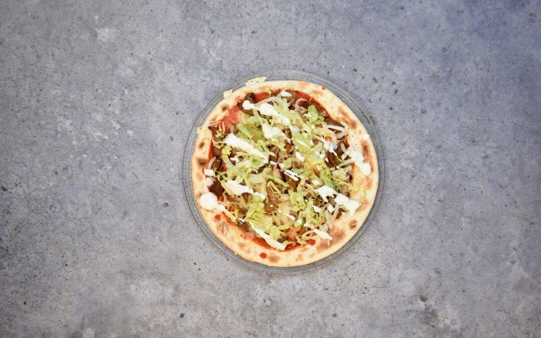 Shoarmapizza met knoflooksaus en ijsbergsla