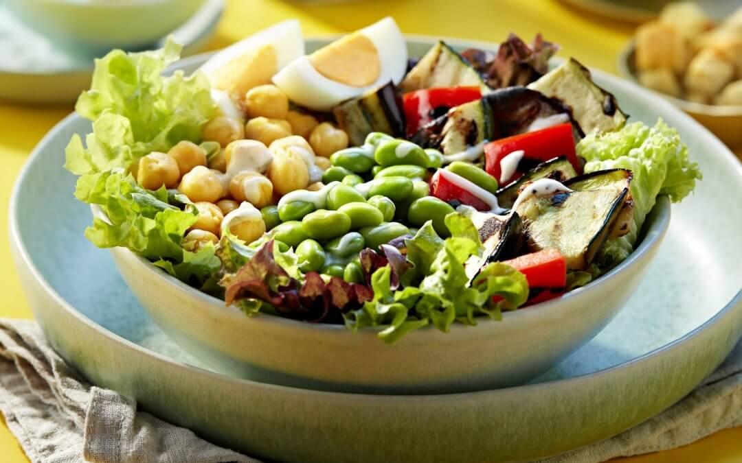 Salade bowl met gegrilde groenten en ei