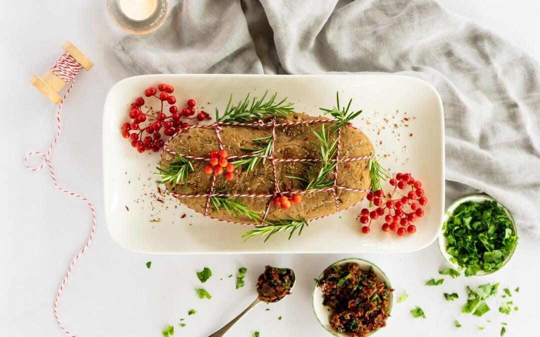 Vegan kerst pronkstukken: plantaardige rollade met eekhoorntjesbrood