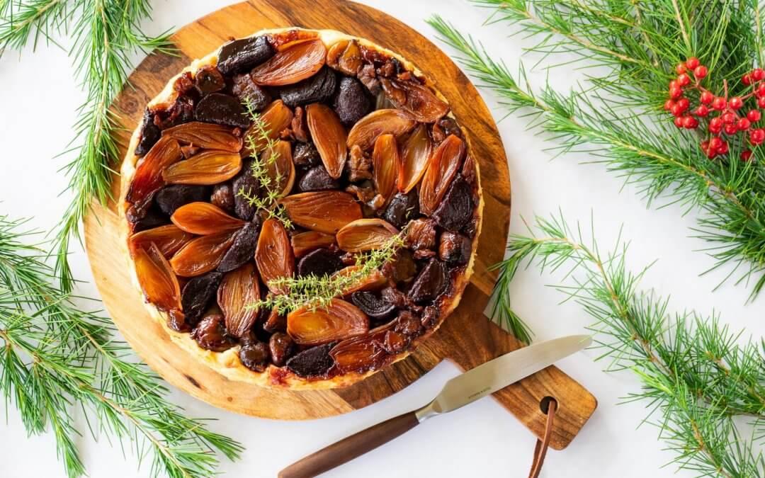 Vegan kerst pronkstukken: tarte tatin met sjalotjes, kastanjes en rode biet
