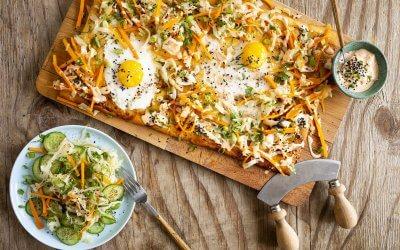 Veggie bánh mì-pizza met ei, groentepickle en srirachamayo