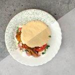 Broodje falafel met feta-tomatensalade