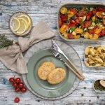 Vegan Kaesschnitzel met Provençaalse groente en aardappelpartjes uit de oven