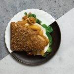 Broodje geitenkaas met gekarameliseerde peer en walnoten