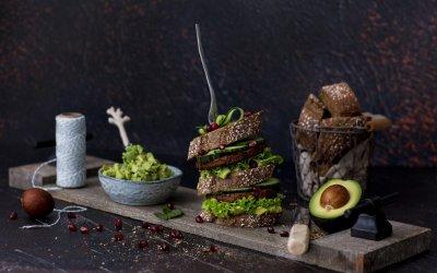 Stevige notenburger met avocado spread voor de grote trek