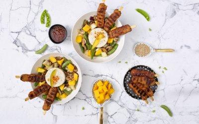 Gemarineerde spiesjes met mango en groenten uit de wok