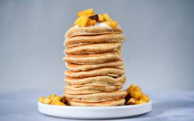 PASEN: bananenpannenkoekjes met sojayoghurt en gekarameliseerde appel