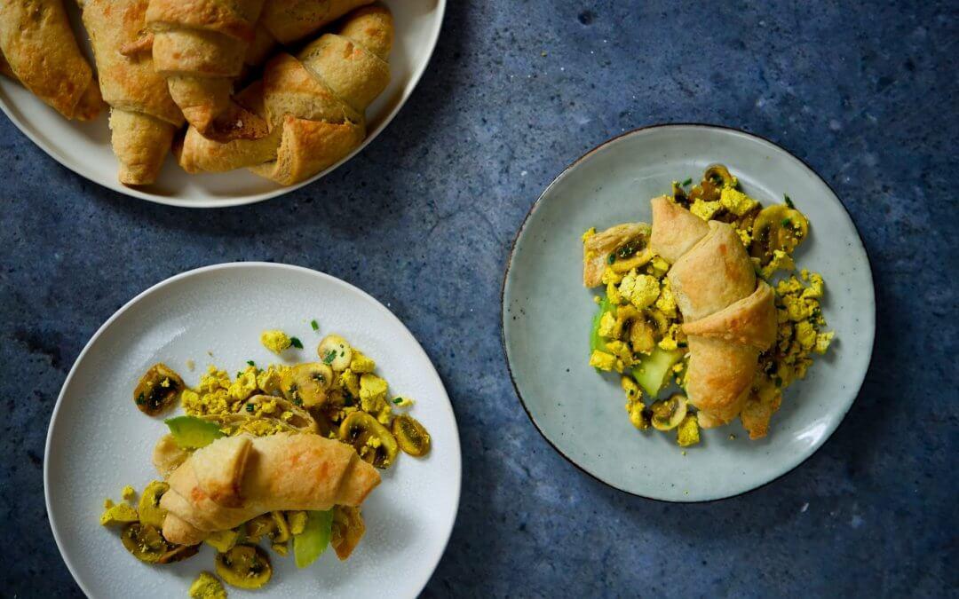 PASEN: croissant met scrambled tofu, champignons en avocado