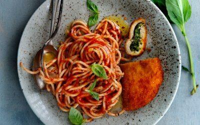 Pasta met tomaatjes en spinazie schnitzel
