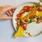 Feestelijk voorgerecht: aubergine met tomaat en zelfgemaakte quinoa crackers