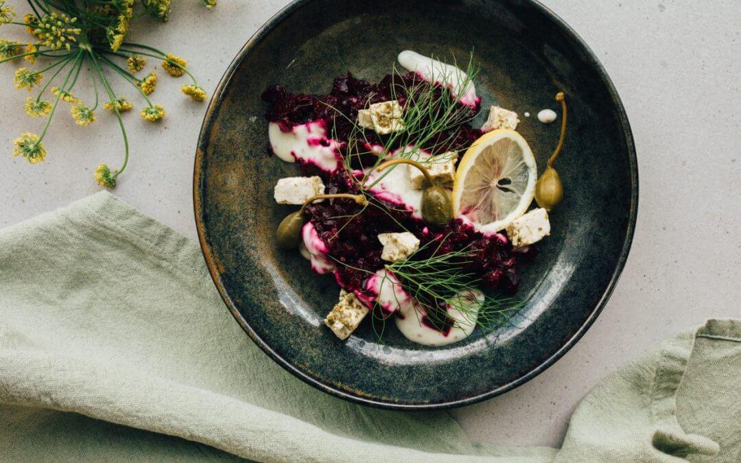 """Feestelijke salade met gepofte biet en plantaardige """"kaasblokjes"""""""