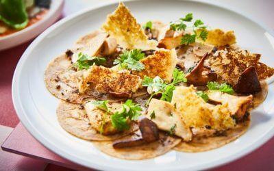 Feestelijk voorgerecht: carpaccio van oesterzwam met plantaardige kaaskrokantjes