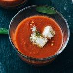 """Luxe soep: gazpacho met plantaardige """"kaasblokjes"""""""