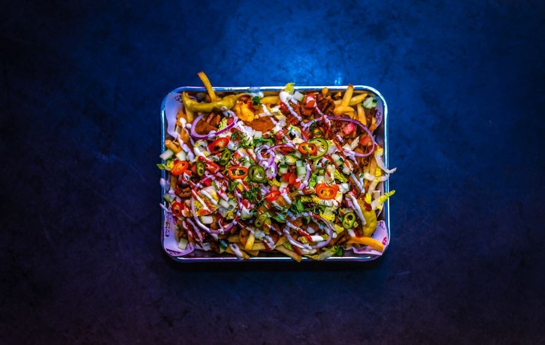 Veggie streetfood: loaded fries met plantaardige kebab