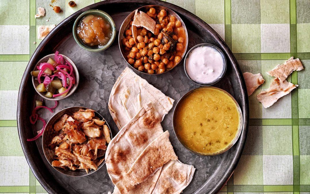 Thali met Indiaase curry en plantaardige 'kipstukjes'