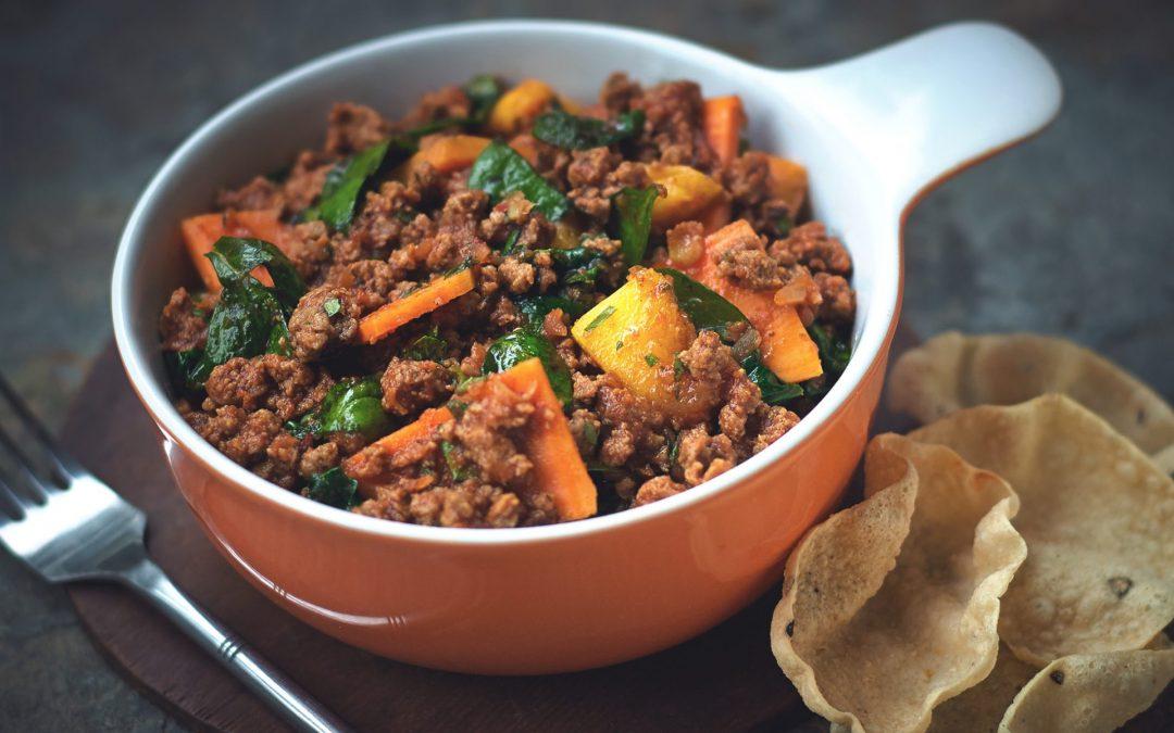 Curry met vegetarisch 'gehakt', zoete aardappel en spinazie