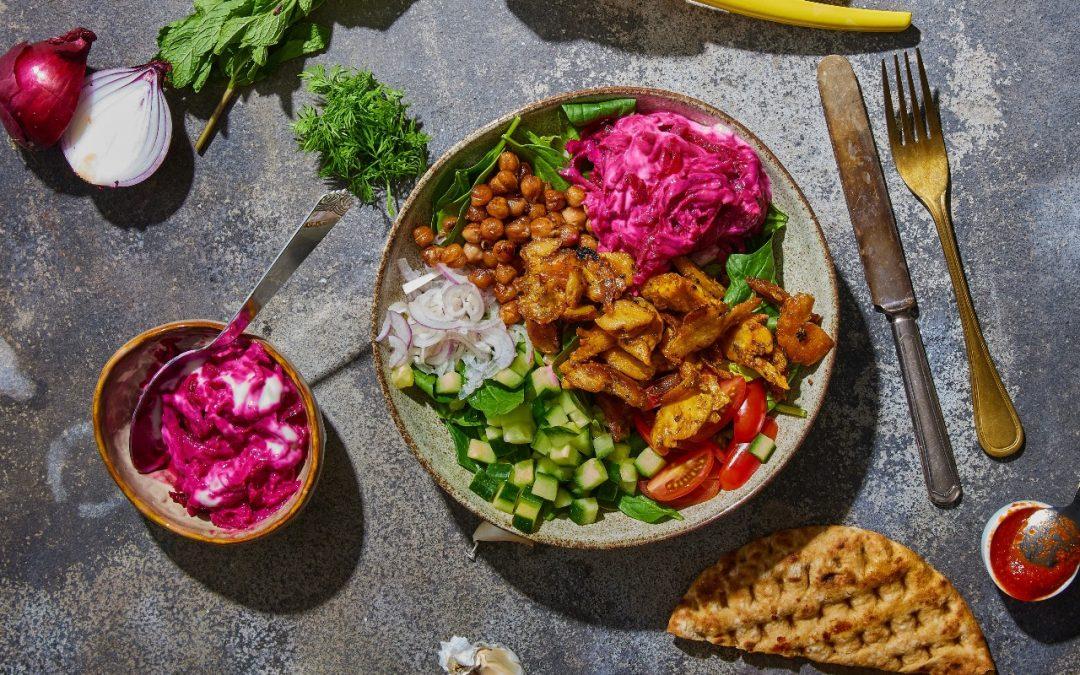 Salade bowl met plantaardige kebab stukjes
